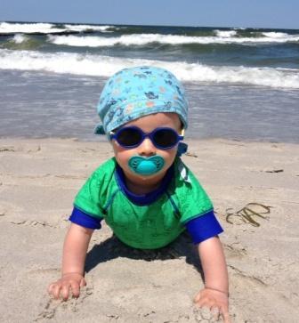 Oskar am Strand - im Schwimmanzug mit 50+ UV-Schutz von Fred´s World by Green Cotton